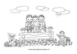 baby-kleurplaat-hondje-met-drie-kleine-kleurtertjes-op-een-hek